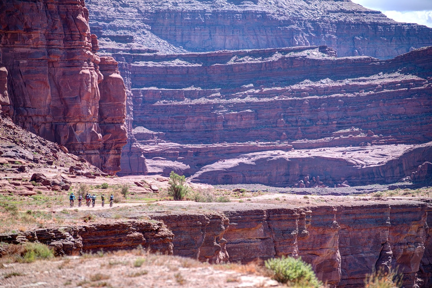Canyonlands-National-Park-Full-Day-Guided-Mtb-Tour-Group-Into-Canyon-1