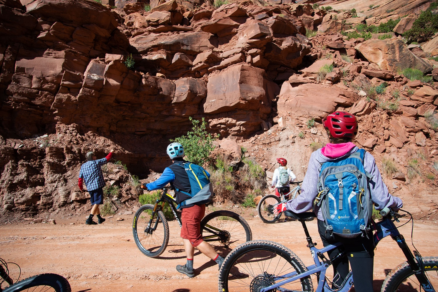 Canyonlands-National-Park-Full-Day-Guided-Mtb-Tour-Pointing-Dinosaur-Fossils