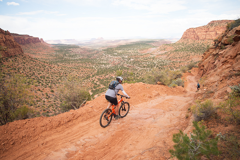 Riders descend the Flint Trail on a 5-day mtb tour in The Maze, Canyonlands NP