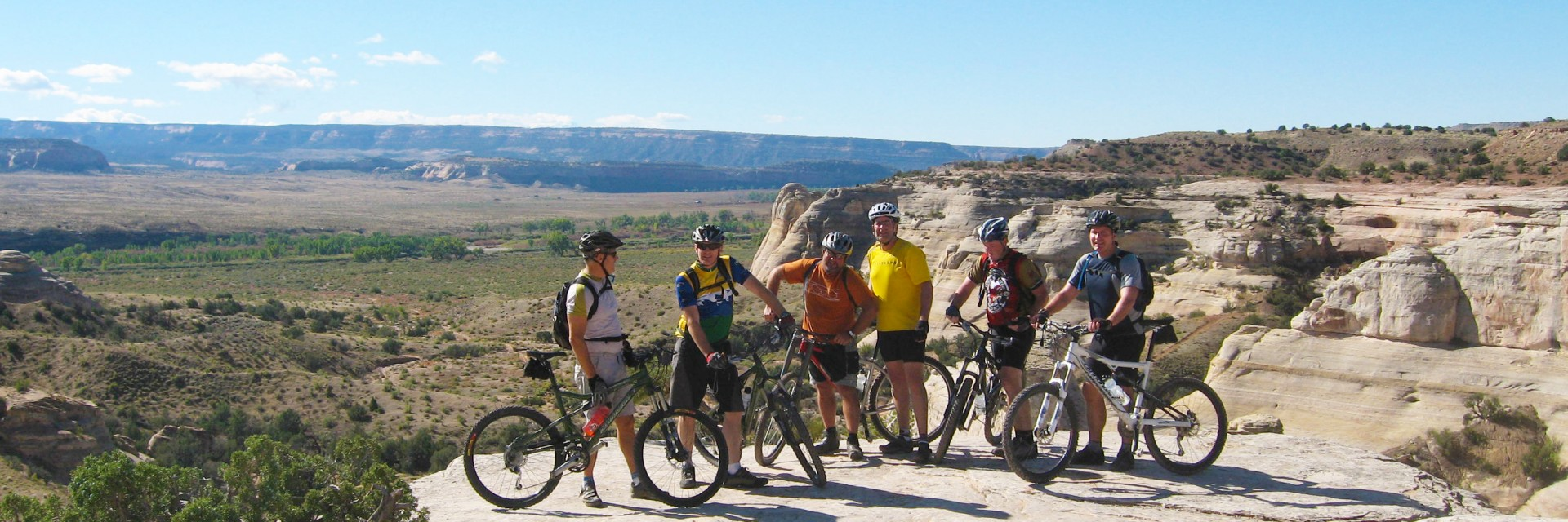The group gathers along the Western Rim section of the Kokopelli Trail 5-day guided mountain bike tour